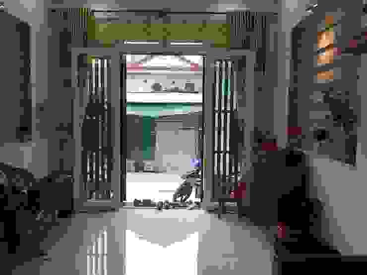 Khu vực để xe và sân trước thoáng đãng Phòng khách phong cách châu Á bởi Công ty TNHH TK XD Song Phát Châu Á Đồng / Đồng / Đồng thau
