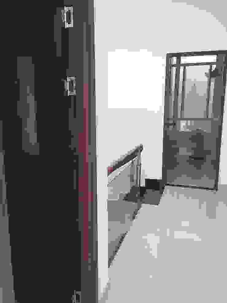 Hàng lang tầng hai rộng rãi tạo sự kết nối Hành lang, sảnh & cầu thang phong cách châu Á bởi Công ty TNHH TK XD Song Phát Châu Á Đồng / Đồng / Đồng thau