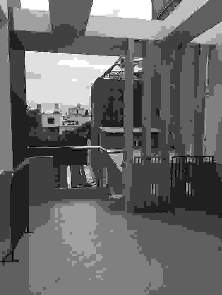 Sân thượng có thể làm nơi thư giãn hoặc trồng cây xanh Hiên, sân thượng phong cách châu Á bởi Công ty TNHH TK XD Song Phát Châu Á Đồng / Đồng / Đồng thau