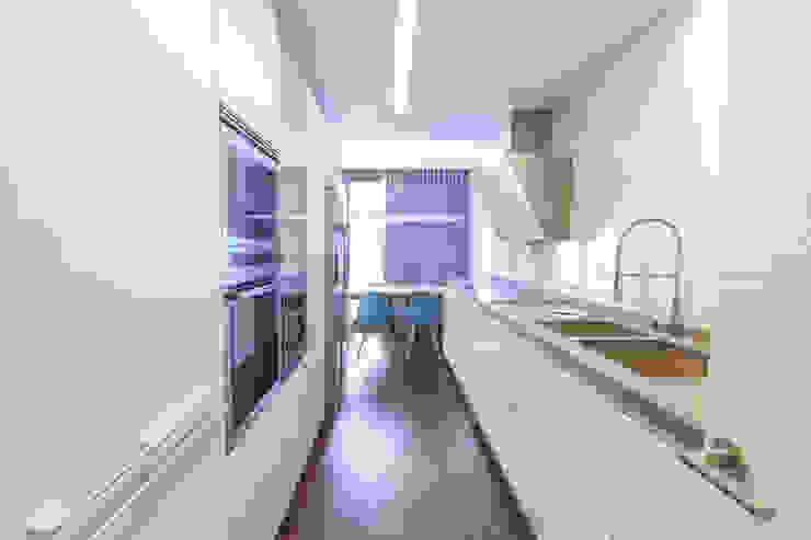 Diseño de la cocina moderna en cerámica blanca y suelo laminado oscuro Muka Design Lab Cocinas de estilo moderno Cerámico Blanco