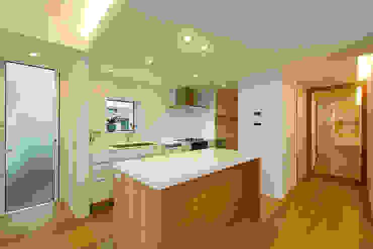 現代廚房設計點子、靈感&圖片 根據 スタジオグラッペリ 1級建築士事務所 / studio grappelli architecture office 現代風