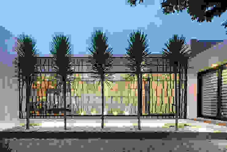 Minimalist style garden by Dionne Arquitectos Minimalist