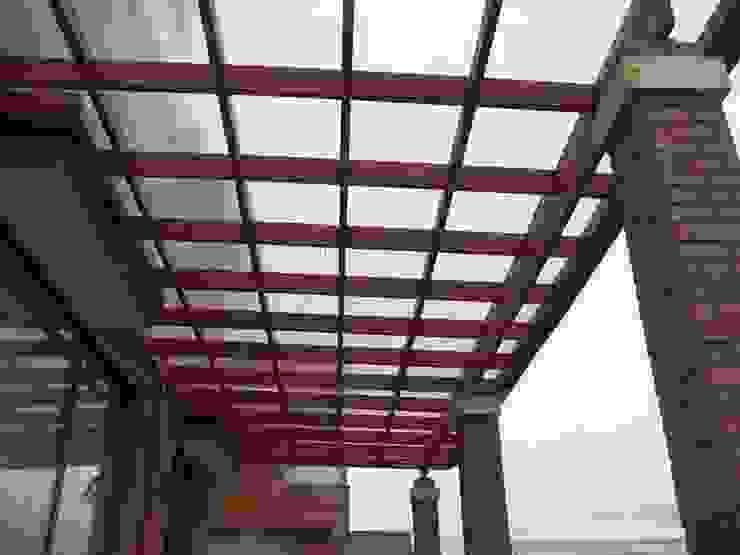 Pergola modelo reticula Balcones y terrazas clásicos de homify Clásico Madera maciza Multicolor