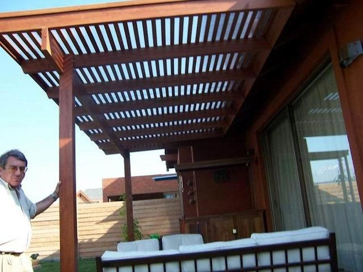 ANCLAJE DE LA PERGOLA AL ALERO DE LA CASA: Terrazas  de estilo  por Piscinas Espectaculares