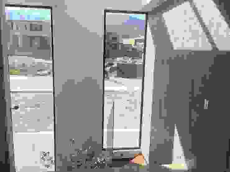 Puertas y ventanas de estilo moderno de homify Moderno
