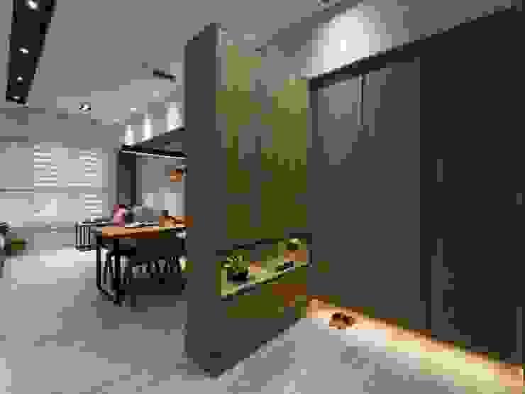 印象‧水舞紀 现代客厅設計點子、靈感 & 圖片 根據 楊允幀空間設計 現代風