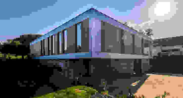 voorgevel en linker zijgevel van 3d Visie architecten Modern Hout Hout