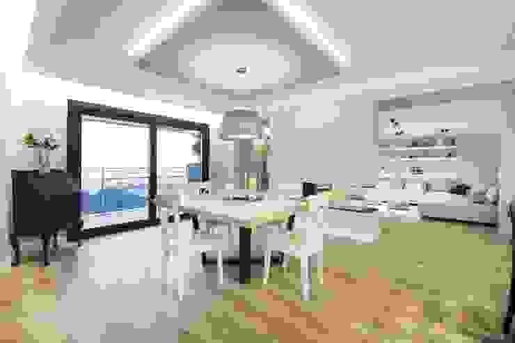 Iluminación vivienda en Tarragona Comedores de estilo moderno de Luxiform Iluminación Moderno