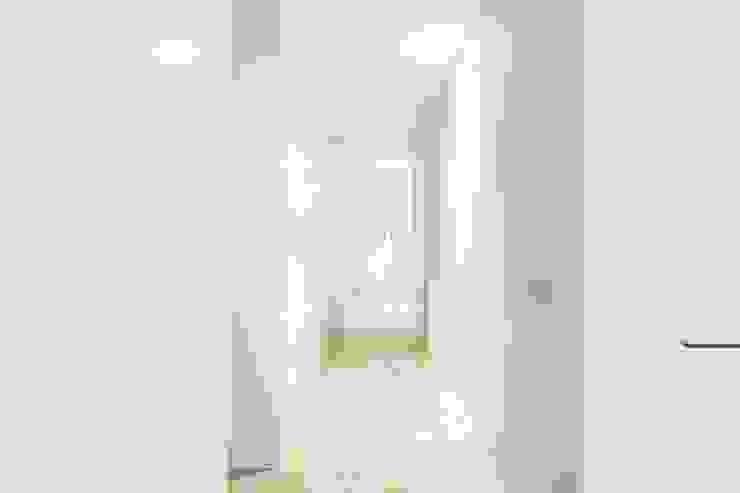 Couloir, entrée, escaliers modernes par Luxiform Iluminación Moderne