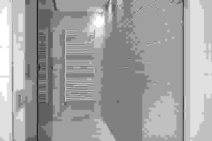 Iluminación vivienda en Tarragona Baños de estilo moderno de Luxiform Iluminación Moderno