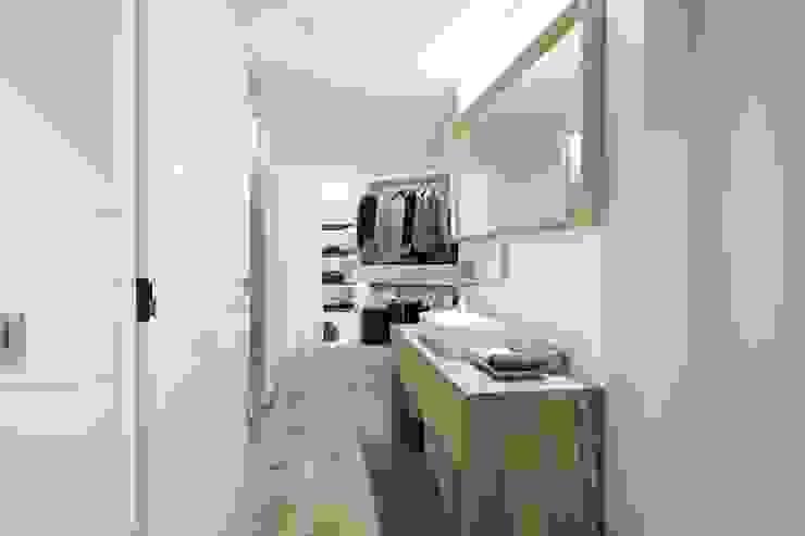 Iluminación vivienda en Tarragona Pasillos, vestíbulos y escaleras de estilo moderno de Luxiform Iluminación Moderno
