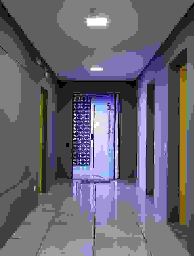 Pasillos, vestíbulos y escaleras de estilo industrial de Nautilo Arquitetura & Gerenciamento Industrial Hierro/Acero
