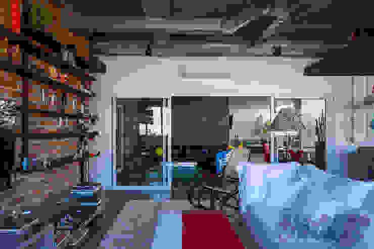 Salas de estilo industrial de Nautilo Arquitetura & Gerenciamento Industrial Hierro/Acero
