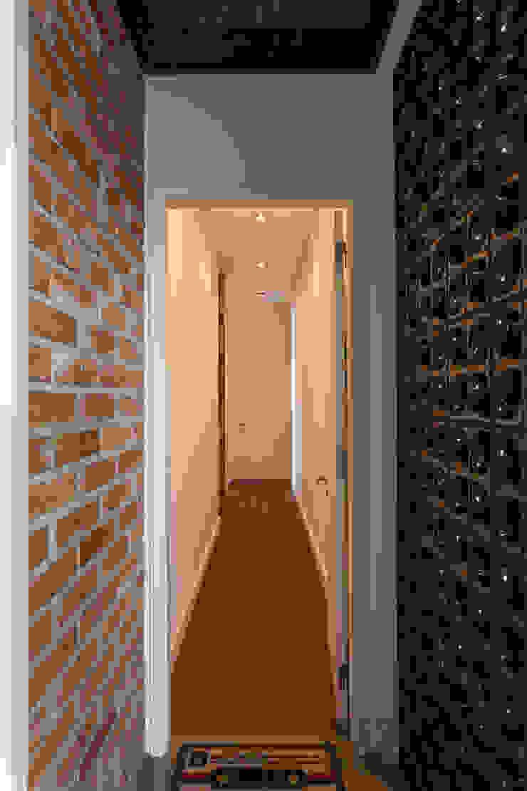 Pasillos, vestíbulos y escaleras de estilo industrial de Nautilo Arquitetura & Gerenciamento Industrial Ladrillos