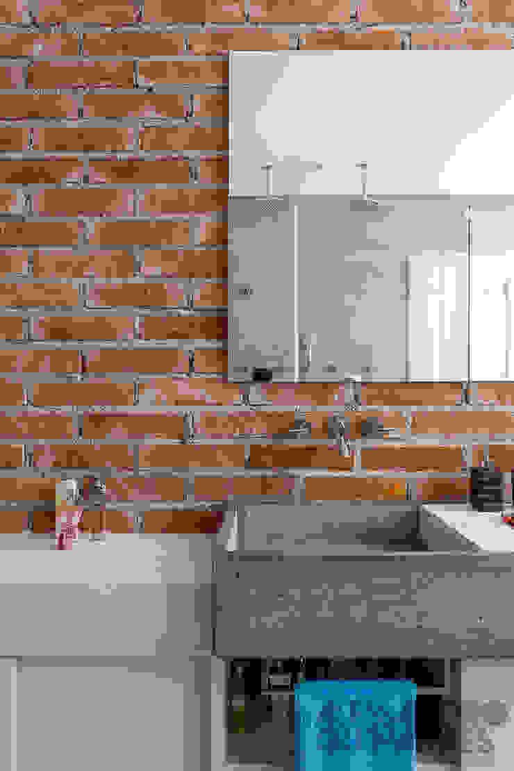 Baños de estilo industrial de Nautilo Arquitetura & Gerenciamento Industrial Ladrillos