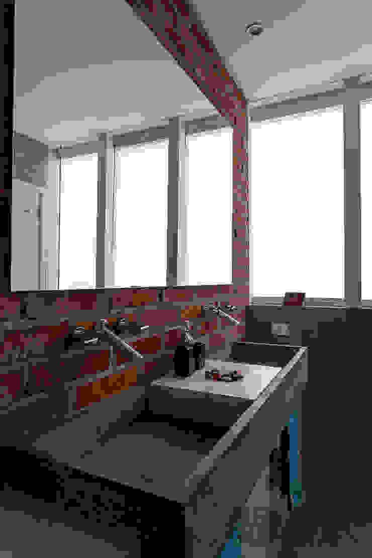 Baños de estilo industrial de Nautilo Arquitetura & Gerenciamento Industrial Concreto