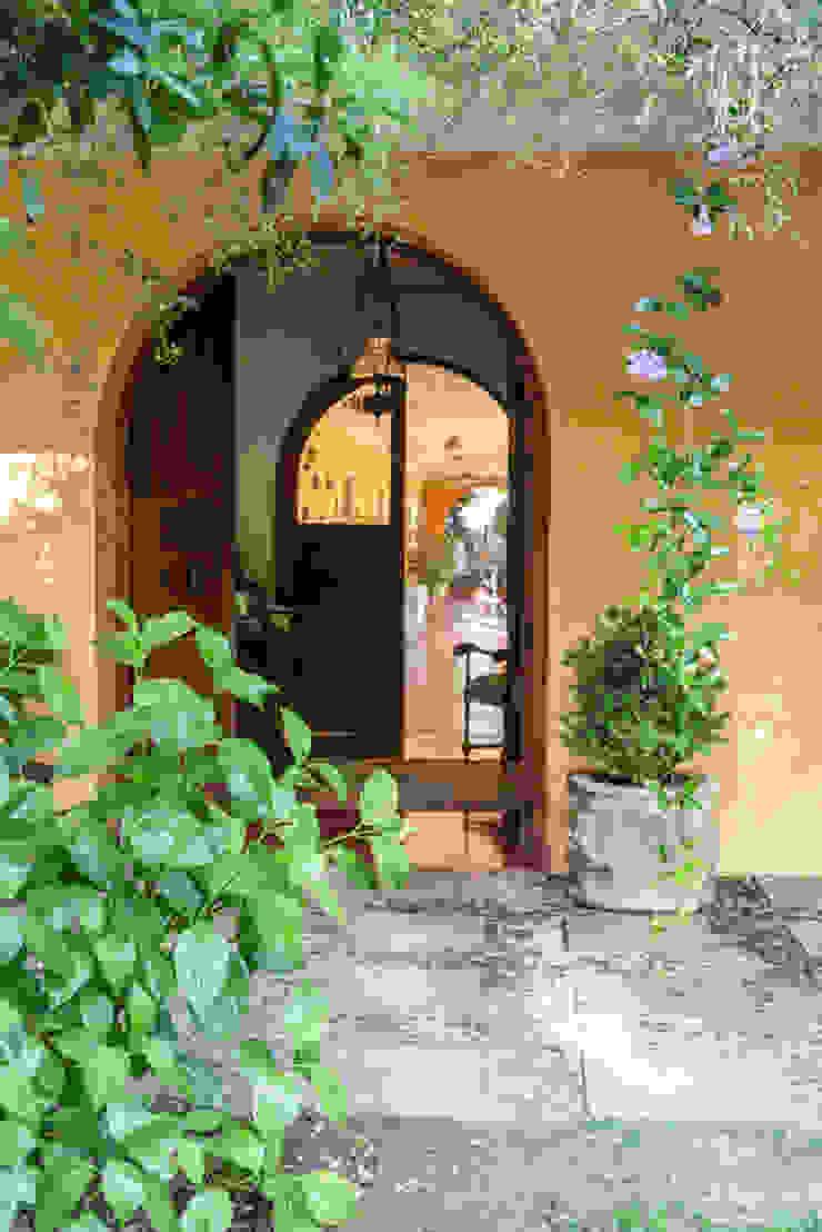 Elegante Casa Chilena · Casa Patronal Fundo San Juan, San Felipe, Chile. Puertas coloniales de Francisco Vicuña Balaresque Colonial Madera Acabado en madera