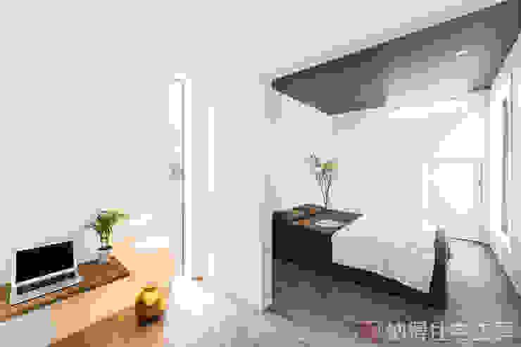Modern Bedroom by 納得住宅工房株式会社 Nattoku Jutaku Kobo.,Co.Ltd. Modern