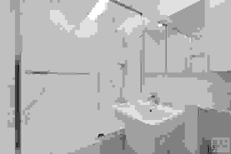심플 모던스타일의 30평 아파트 인테리어 모던스타일 욕실 by 홍예디자인 모던