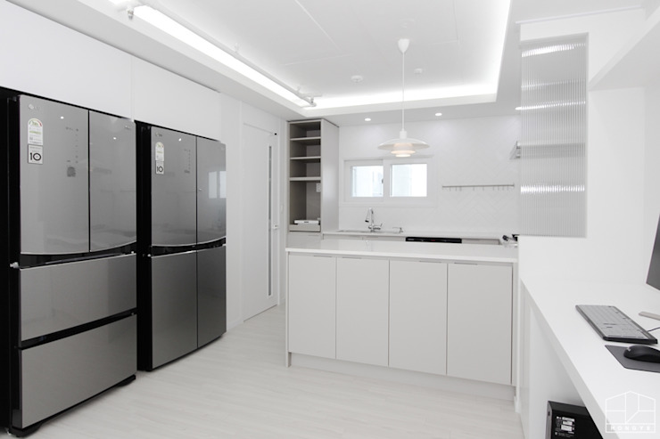 Modern Kitchen by 홍예디자인 Modern
