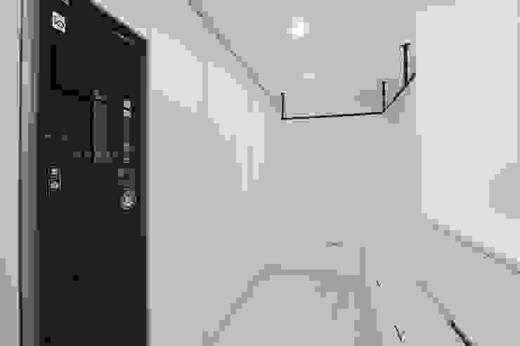 Ruang Ganti Modern Oleh 홍예디자인 Modern