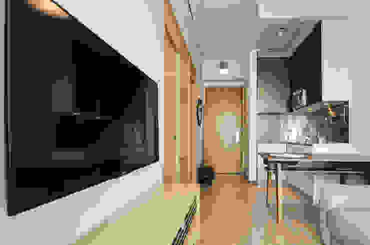 4 Minimalist living room by Mister Glory Ltd Minimalist