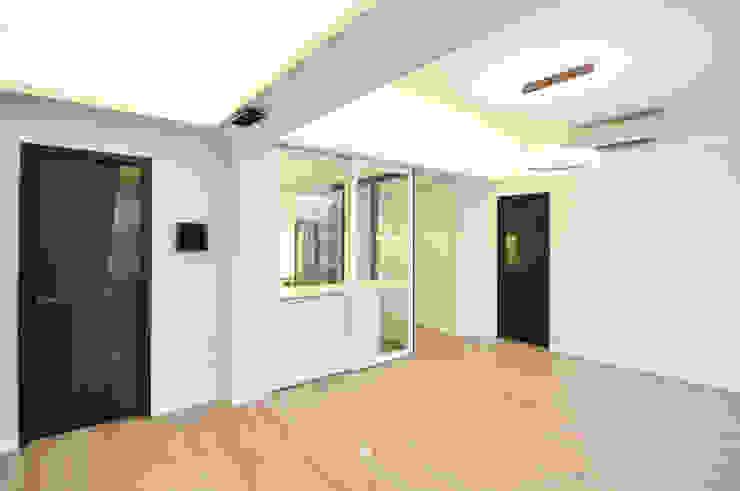 2 Minimalist living room by Mister Glory Ltd Minimalist