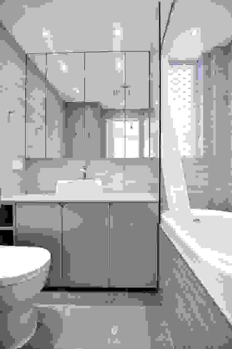 8 Minimalist style bathroom by Mister Glory Ltd Minimalist