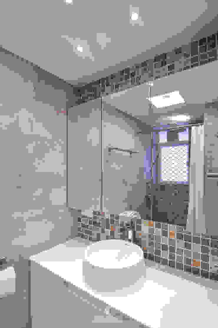 9 Minimalist style bathroom by Mister Glory Ltd Minimalist