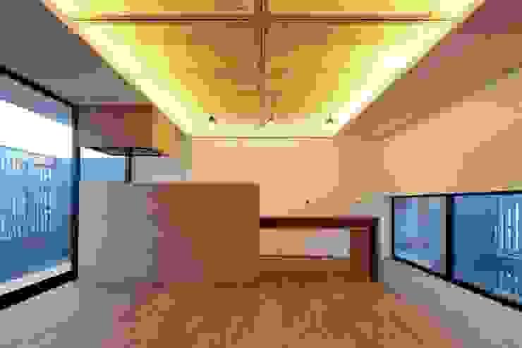 Modern dining room by 伊藤憲吾建築設計事務所 Modern Wood Wood effect
