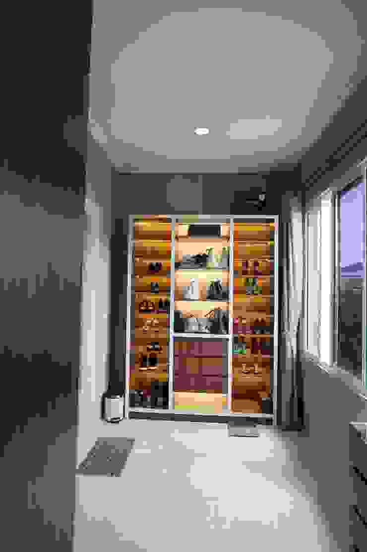 Walk In Closet Ruang Ganti Modern Oleh Exxo interior Modern