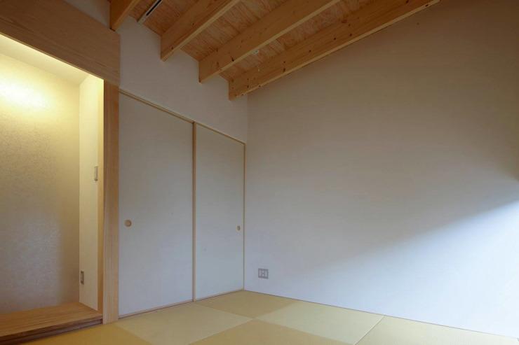 Modern style media rooms by 伊藤憲吾建築設計事務所 Modern Wood Wood effect