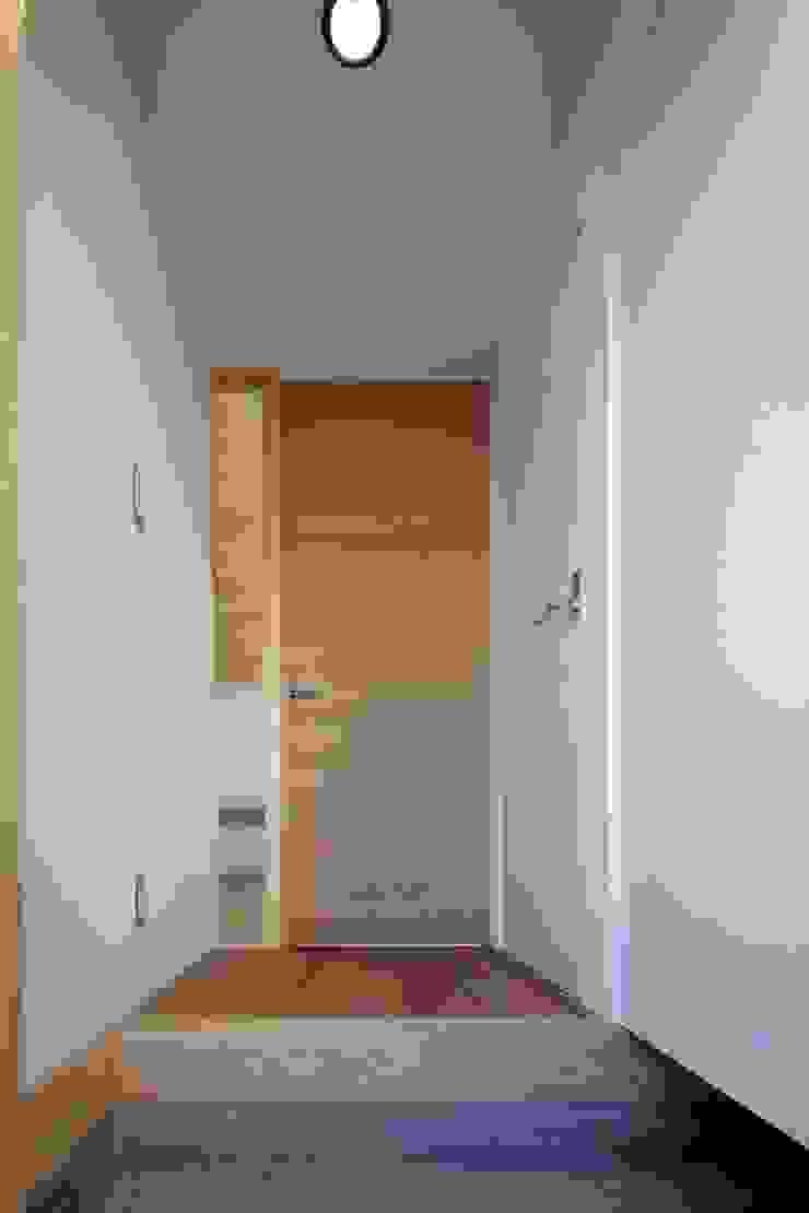 Modern corridor, hallway & stairs by 伊藤憲吾建築設計事務所 Modern Wood Wood effect