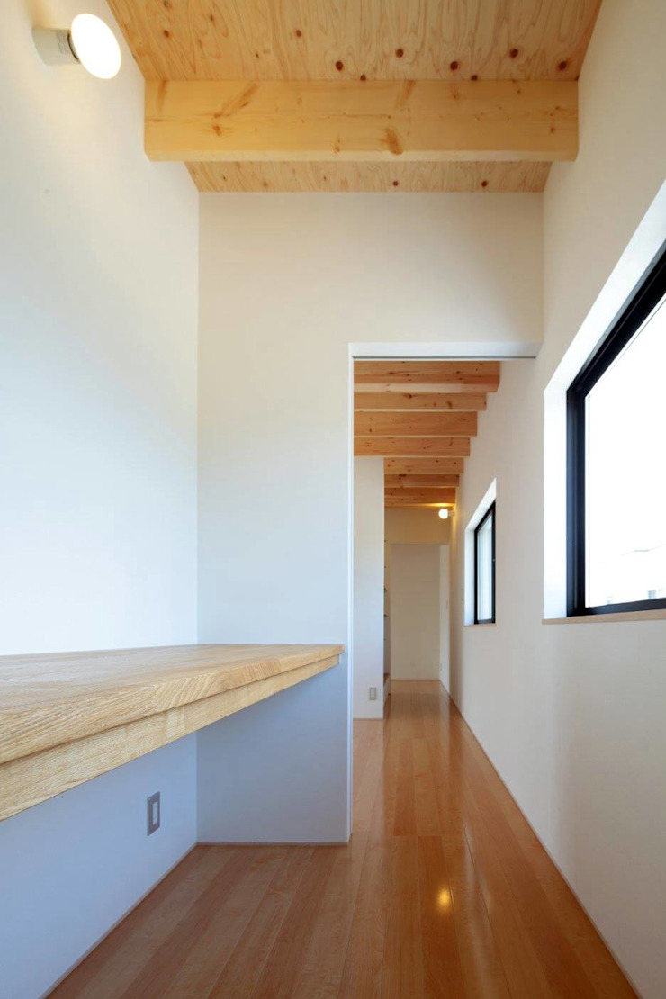 Modern style study/office by 伊藤憲吾建築設計事務所 Modern Wood Wood effect