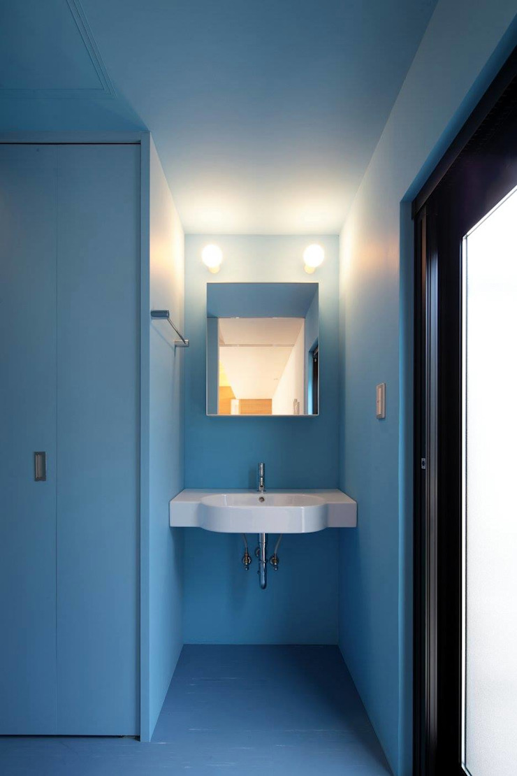 Modern style bathrooms by 伊藤憲吾建築設計事務所 Modern Wood Wood effect