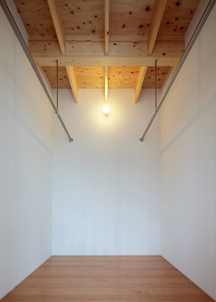 Modern style dressing rooms by 伊藤憲吾建築設計事務所 Modern Wood Wood effect