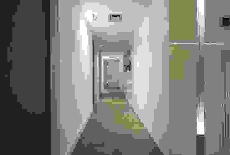 現代風玄關、走廊與階梯 根據 Luxiform Iluminación 現代風
