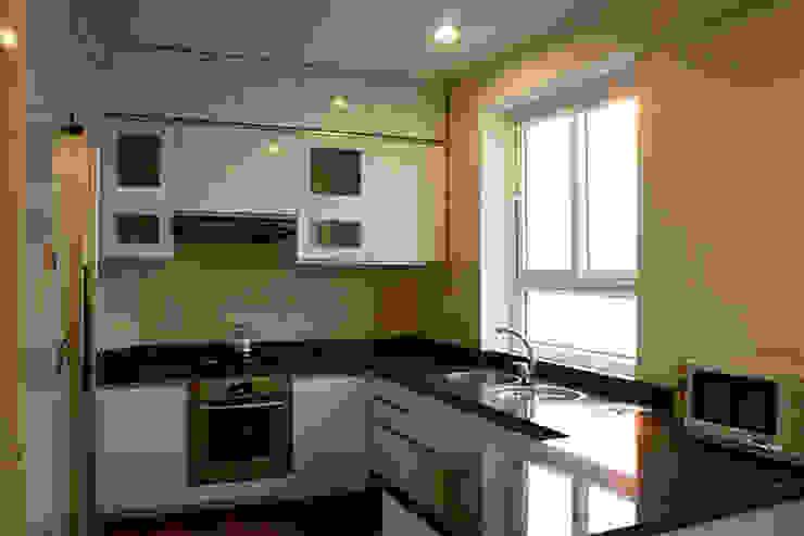 Không gian bếp đầy đủ tiện nghi. Nhà bếp phong cách châu Á bởi Công ty TNHH TK XD Song Phát Châu Á Đồng / Đồng / Đồng thau