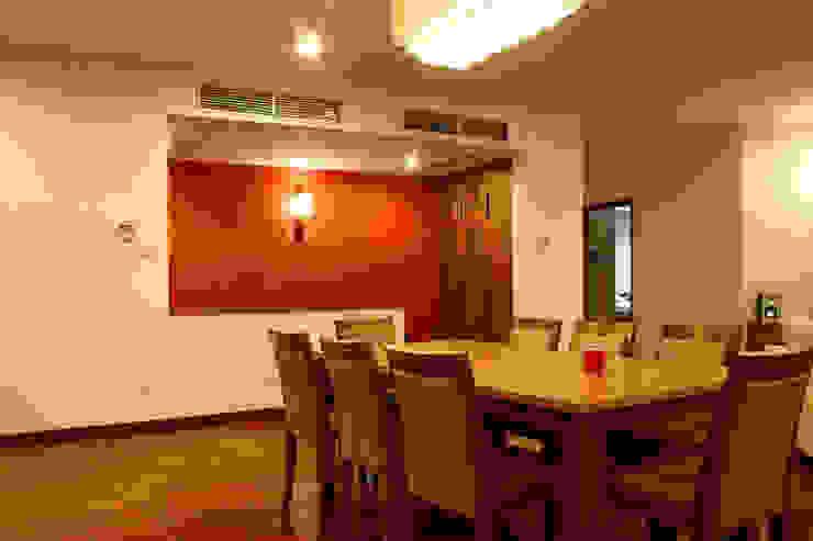 Bộ bàn ghế ăn khá lớn, đảm bảo phục vụ các bữa ăn của gia đình. Phòng ăn phong cách châu Á bởi Công ty TNHH TK XD Song Phát Châu Á Đồng / Đồng / Đồng thau
