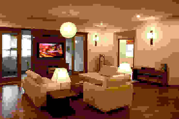 Phòng khách sang trọng với nội thất cùng tông màu với không gian nhà. Phòng khách phong cách châu Á bởi Công ty TNHH TK XD Song Phát Châu Á Đồng / Đồng / Đồng thau