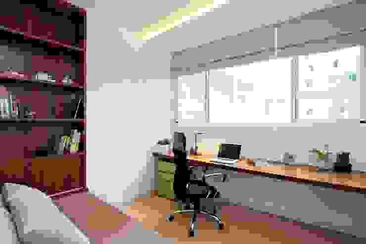 Góc làm việc rộng rãi hướng ra cửa sổ lớn thoáng đãng. Phòng ngủ phong cách châu Á bởi Công ty TNHH TK XD Song Phát Châu Á Đồng / Đồng / Đồng thau