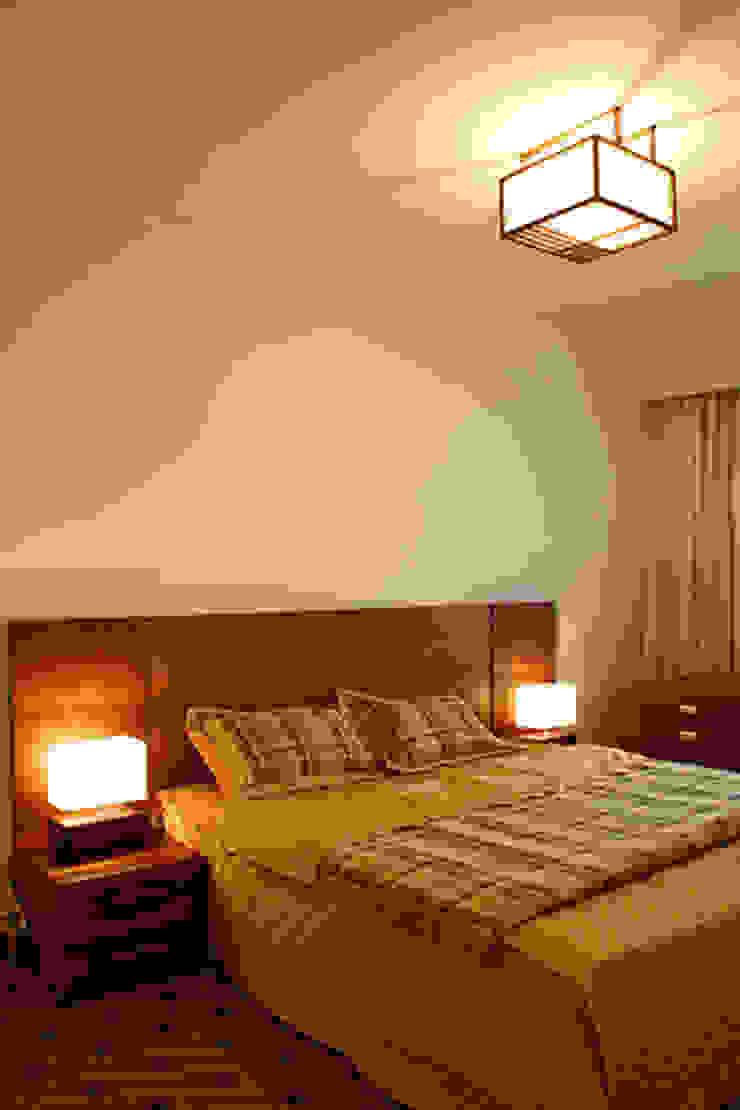 Toàn bộ không gian phòng ngủ đều được bố trí cửa sổ lớn. Phòng ngủ phong cách châu Á bởi Công ty TNHH TK XD Song Phát Châu Á Đồng / Đồng / Đồng thau