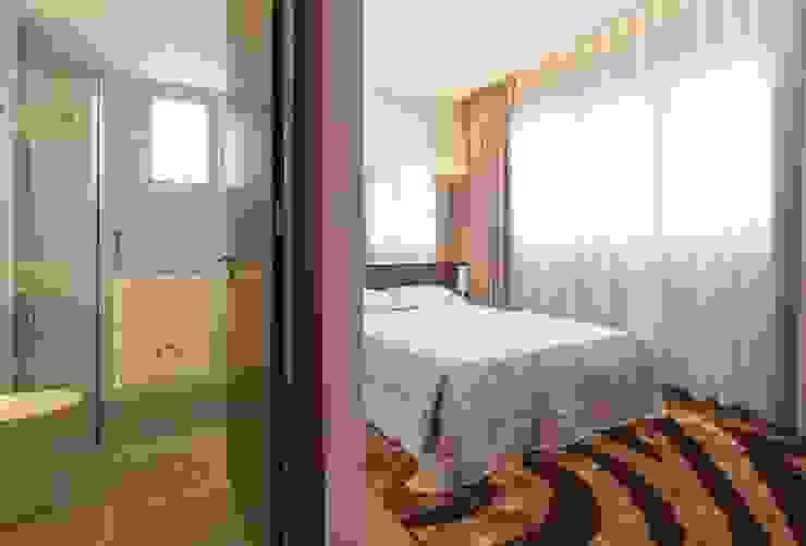 Nhà vệ sinh tiện nghi bên trong căn phòng ngủ. Phòng ngủ phong cách châu Á bởi Công ty TNHH TK XD Song Phát Châu Á Đồng / Đồng / Đồng thau