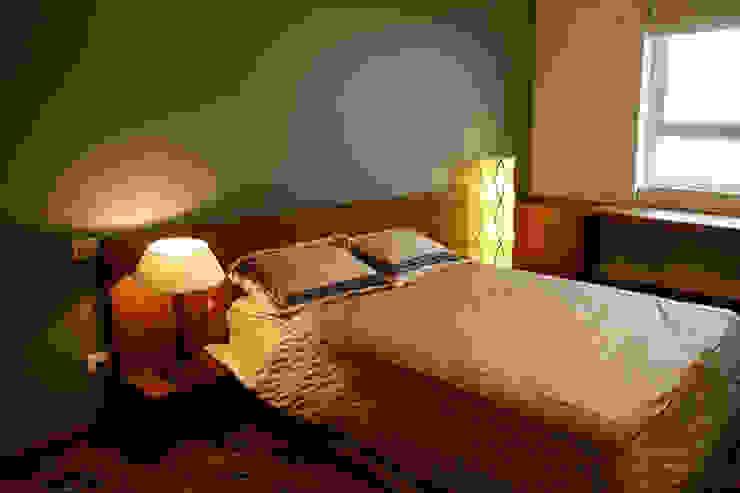 Phòng ngủ của ông bà được thiết kế thuận tiện cho người lớn tuổi. Phòng ngủ phong cách châu Á bởi Công ty TNHH TK XD Song Phát Châu Á Đồng / Đồng / Đồng thau