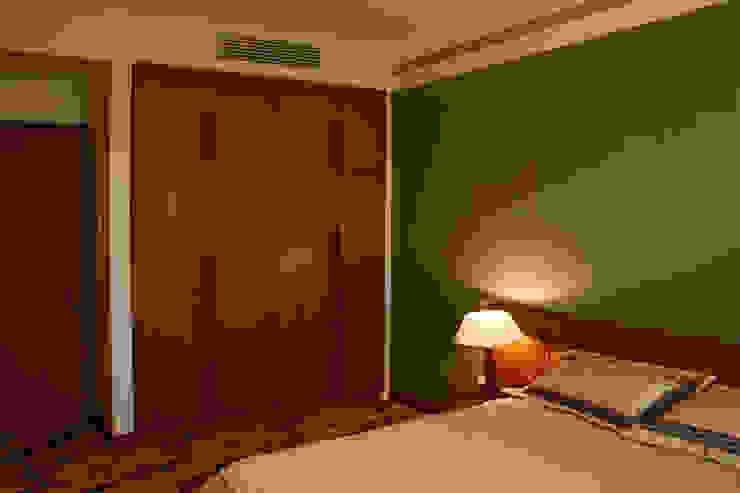 Nội thất bài trí đơn giản với tông màu ấm áp.:  Phòng ngủ by Công ty TNHH TK XD Song Phát