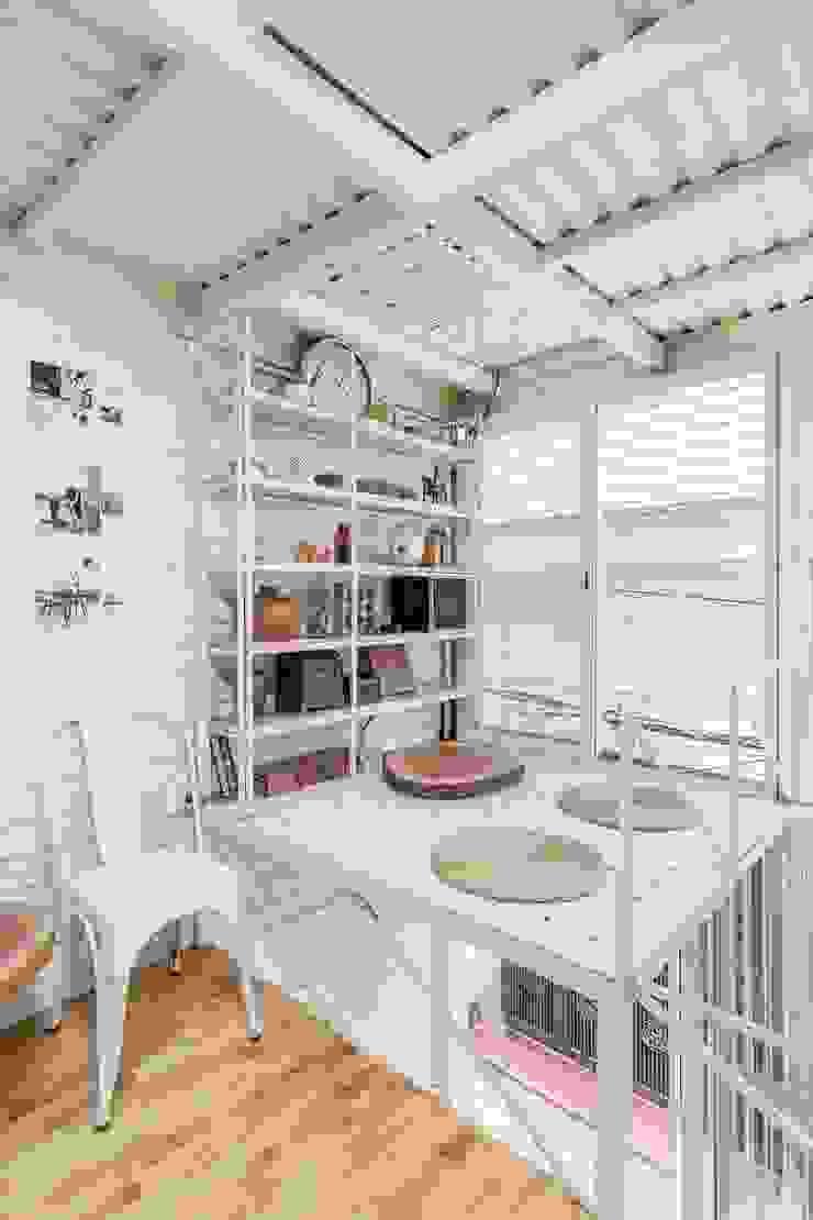 Nhà nhỏ Phòng giải trí phong cách tối giản bởi SMA Studio Tối giản