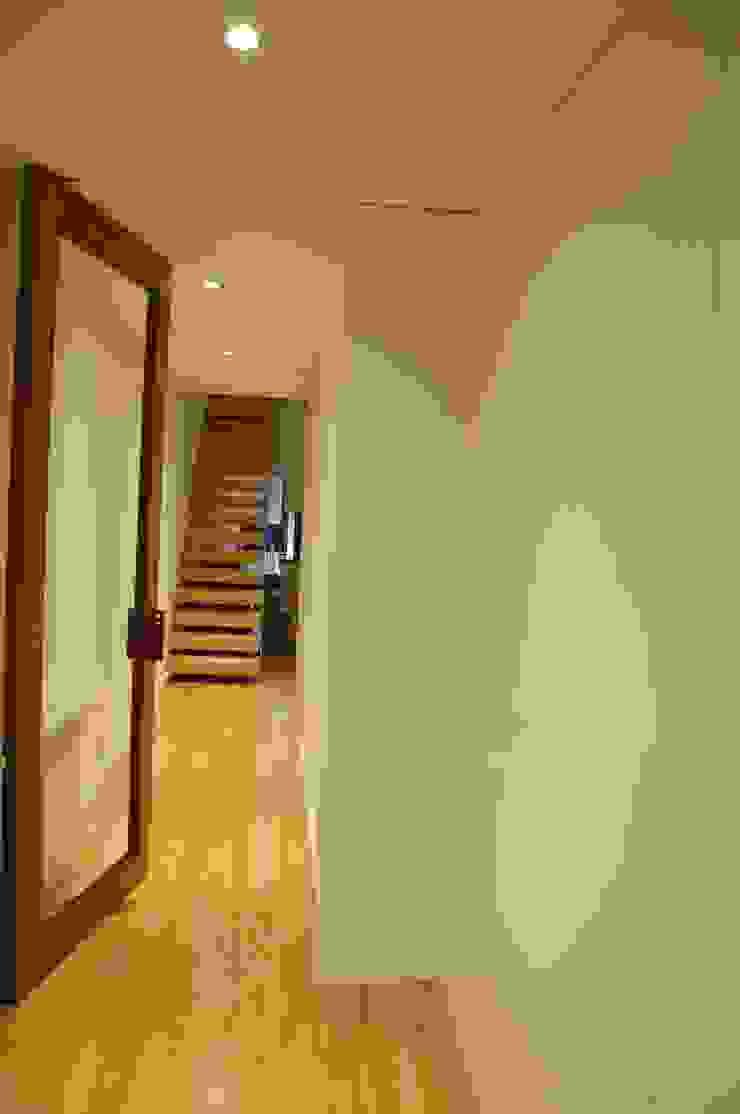 Moderner Flur, Diele & Treppenhaus von Ideal Obra & Lar Modern