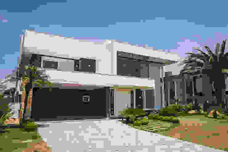 Residência C135: Casas familiares  por Arquiteto Vinicius Vargas,Moderno Pedra