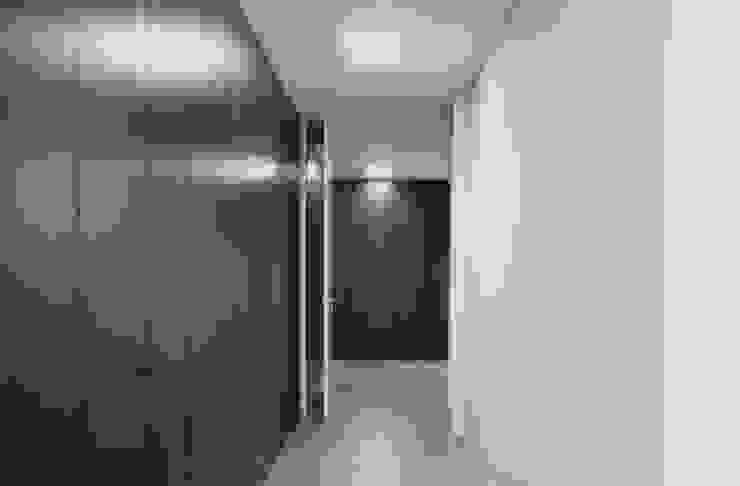Dormitorios de estilo minimalista de Atelier Vyasa Minimalista Madera Acabado en madera