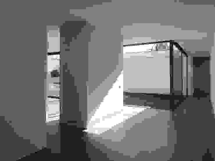 Minimalist corridor, hallway & stairs by Atelier Vyasa Minimalist